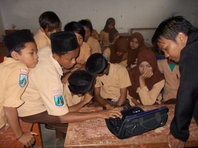 Antusiasme saat belajar mengoperasikan laptop